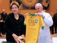 """Papa Francisc a primit de la presedintele Braziliei un tricou semnat de Pele: """"Vreti ajutor sa castigati Cupa Mondiala"""""""