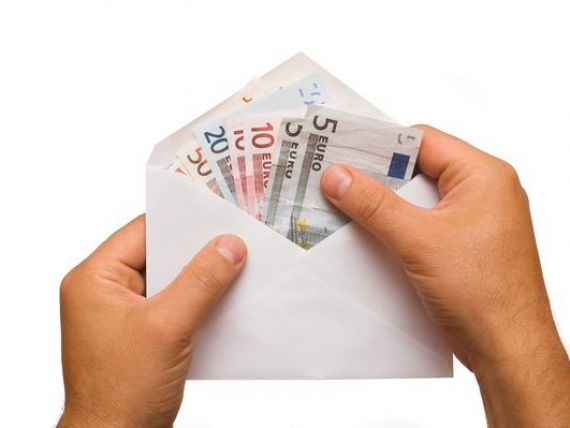 Eurobarometru: Romania are un procent dublu fata de media UE de angajati  platiti la plic . 7% dintre romani recunosc ca nu primesc tot salariul pe baza unui contract