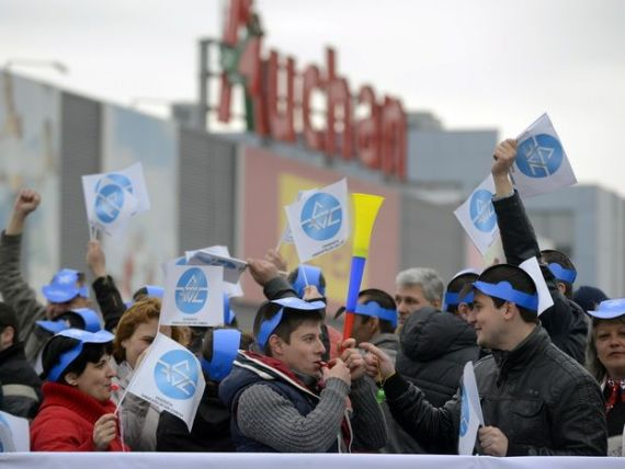 Peste 200 de angajati au pichetat sediul Auchan, cerand respectarea dreptului de a adera la sindicat