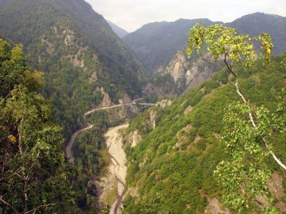 Cele mai periculoase drumuri din lume: de la autostrada de 48.000 km, la soselele controlate de infractori sau cele la mii de metri altitudine. Unul dintre ele se afla in Romania