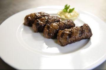Micul, mancarea traditionala a romanilor de 1 Mai, aduce tot anul profituri proprietarilor de restaurante. Au aparut si automate de cumparat mici