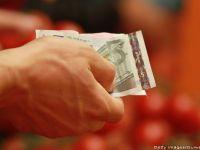 Cursul a scazut la 4,4352 lei/euro, aproape de minimul ultimelor sase luni