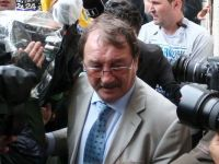 Mircea Basescu, arestat preventiv pentru 30 de zile. Fratele presedintelui este acuzat ca ar fi primit 250.000 euro de la familia lui Bercea Mondial pentru a interveni in justitie
