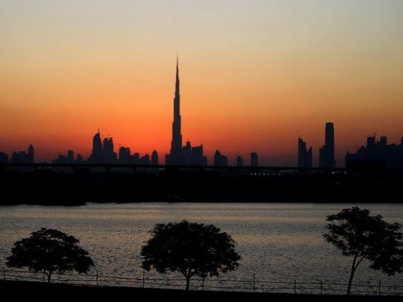 Statul ridicat din nisip se prabuseste. Bursa din Dubai a scazut cu 20% intr-o luna, dupa pierderi masive ale dezvoltatorilor imobiliari