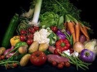 Firme care distribuiau legume si fructe in hipermarketuri, suspectate de evaziune de 1,3 mil. euro