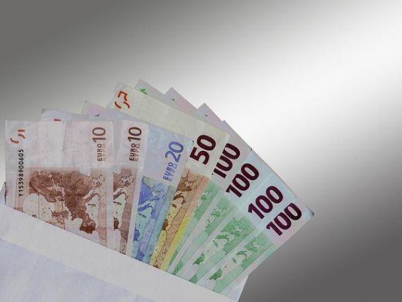 Castigul salarial a crescut in iulie cu 32 de lei, ajungand astfel la 1.719 lei net. Domeniul in care media salariala depaseste 4.500 lei