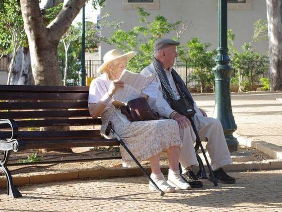 Un angajat plateste o pensie. In Romania sunt 5,2 mil. de angajati cu contracte de munca pe perioada nedeterminata si acelasi numar de pensionari