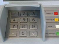 Bancile castiga peste 200 mil. euro/an din comisioanele incasate la ATM-uri. Cati bani pierd romanii cand scot bani de la bancomat