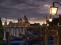 Amenzi de pana la 500 euro, in Venetia, pentru folosirea valizelor cu roti din plastic. Localnicii, exasperati de zgomotul milioanelor de bagaje pe pavaj