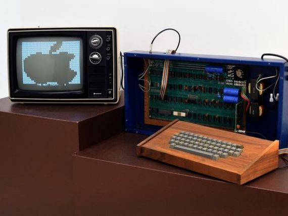 Un computer Apple-1, vandut personal de Steve Jobs in 1976, achizitionat pentru 365.000 dolari