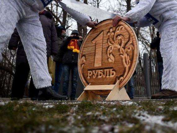 Rusia plafoneaza detinerile in valuta ale marilor exportatori la nivelul lunii octombrie, dupa ce banca centrala a esuat sa stopeze declinul rublei