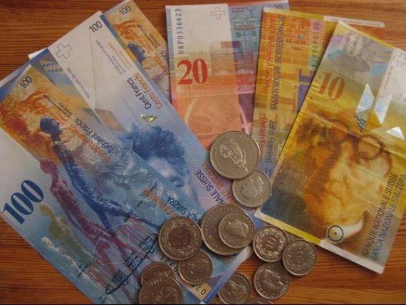 Polonia ia in calcul convertirea francilor in zloti. Croatia a introdus un curs fix franc/kuna pentru un an