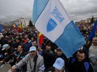 Protest la Mioveni, pentru construirea autostrazii Pitesti-Sibiu. Angajatii se tem ca Renault va pleca din Romania. Ponta: Daca cei de la Dacia o mai tin in mitinguri, o sa se mute productia in Maroc
