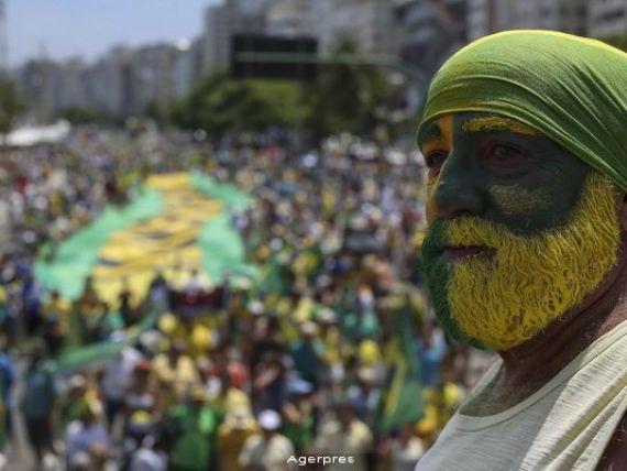 Fitch: Ratingul Braziliei, a doua mare economie emergenta a lumii, retrogradat la  junk  pe fondul inrautatirii perspectivelor economiei. Recesiunea ar putea fi mai extinsa si dura mai mult