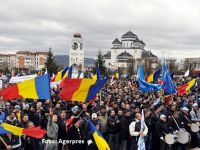 Mii de angajati ai Dacia au iesit in strada la Mioveni. Principala revendicare: urgentarea construirii autostrazii Pitesti-Sibiu