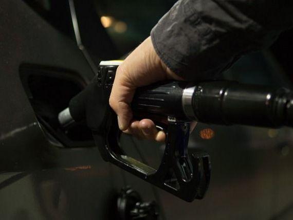 Carburantii se ieftinesc din ianuarie, dupa scaderea TVA si eliminarea supraaccizei. Romania intra in topul statelor UE cu cele mai mici preturi