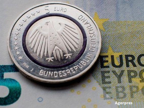 Coada la euro, in Germania. Nemtii s-au imbulzit la banca centrala pentru noua moneda de 5 euro, care seamana cu marca