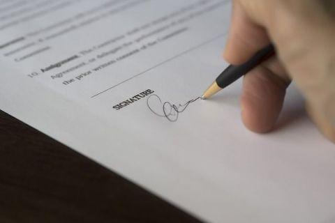 Premieră în România: contractele de muncă vor putea fi semnate electronic. Actul normativ pentru digitalizarea relaţiilor de muncă reglementează și munca de acasă