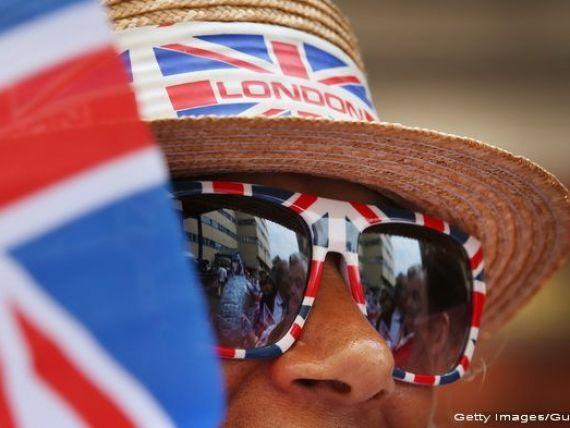 Gustul amar al Brexitului. Prabusirea lirei a scumpit calatoriile, alimentele si benzina britanicilor. Ministrul Finantelor anunta majorari de taxe