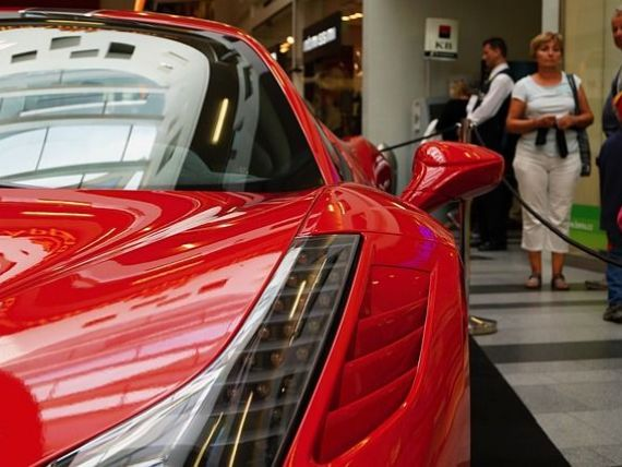 Romanii cumpara masini mai putine, dar mai scumpe. Piata auto s-a contractat semnificativ, dar a crescut numarul de bolizi de lux inmatriculati in Romania