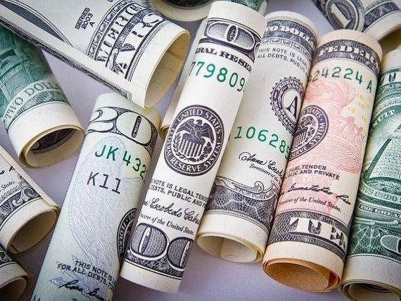 Leul se apreciaza in raport cu euro si dolarul. Moneda americana scade sub 4 lei