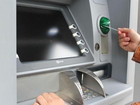 Studiu: Doi din trei români folosesc produse și sevicii bancare. Ponderea celor care retrag numerar de la bancomat s-a redus cu 30 de puncte procentuale faţă de acum cinci ani