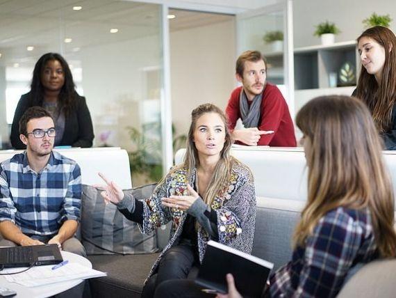 Tinerii peste 16 ani vor putea participa la programe de internship plătite. Ce salariu va primi un intern