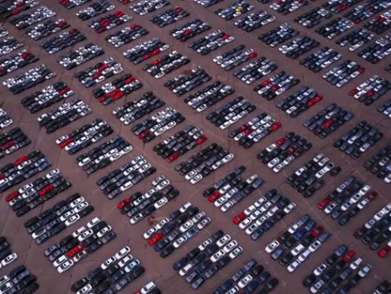 Imaginile dezastrului de la Volkswagen. Zeci de mii de masini noi, rascumparate in urma scandalului Dieselgate, zac in parcarea unui stadion din Michigan. VIDEO