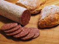 """""""Standard pentru Est"""", episodul 6: Ce este lipiciul de carne si cum ne dam seama daca salamul este facut din ingrediente proaspete sau congelate. Secrete din industria carnii"""