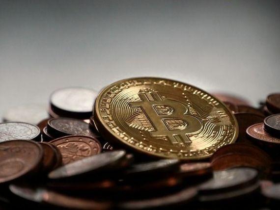 Bitcoin s-a apreciat de peste trei ori in 2017. Capitalizarea de piata a monedelor virtuale a depasit in premiera 100 mld. dolari
