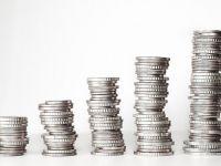 """Cum ajung clienții băncilor să scoată mai puțini bani decât depun inițial. Comisioanele și impozitul """"mușcă"""" din economiile românilor"""