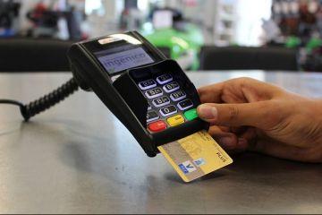 Plățile cu cardul la magazin sau pe internet se schimbă de sâmbătă. Ce îi așteaptă pe români