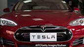 Producătorul de mașini electrice Tesla a devenit prima companie auto listată la bursă a cărei capitalizare a depăşit 100 mld. dolari
