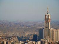 Arabia Saudită adoptă măsuri de austeritate dure, după scăderea veniturilor din petrol. Majorează prețurile la energie și combustibili și introduce TVA. Familiile sărace vor primi bani