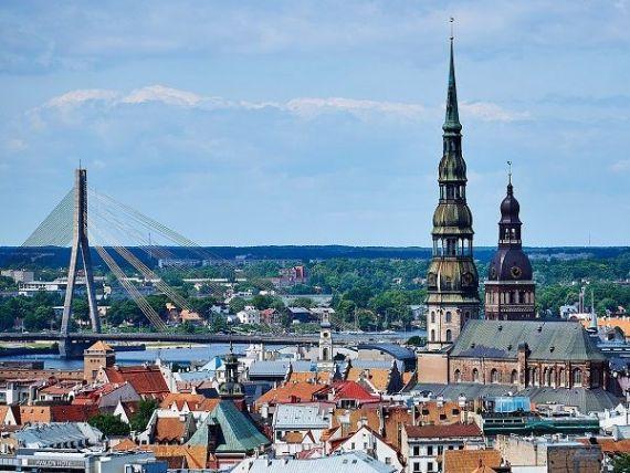 Hemoragie de numerar din Letonia, după anunțarea sancțiunilor americane pentru Rusia. Băncile letone au suspendat relațiile cu oligarhii ruși