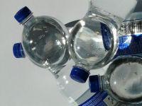 Aproape toate sortimentele de apă îmbuteliată conțin microparticule de plastic. Riscurile pentru sănătate nu sunt cunoscute