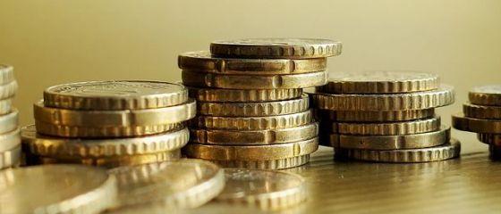 Încă un maxim istoric pentru euro. Cum comentează premierul și analiștii deprecierea monedei naționale