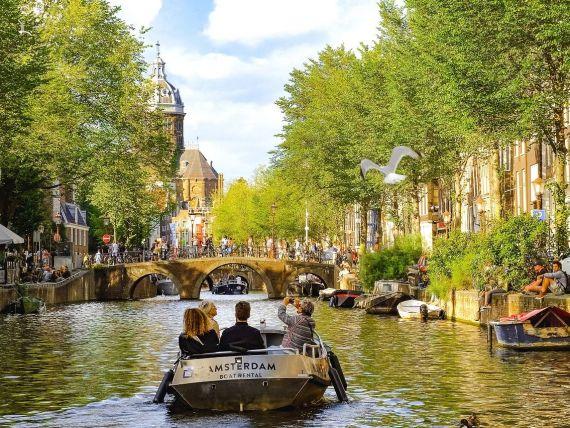 Amsterdamul, sufocat de turiști. Autoritățile pregătesc creșteri de taxe și limitarea opțiunilor de cazare, pentru a restrânge numărul de vizitatori