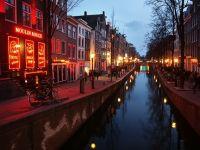"""Prima femeie primar al Amsterdamului scoate industria sexului din """"Cartierul Roşu"""", din cauza afluxului de turiști. Va construi în schimb un hotel dedicat prostituției"""