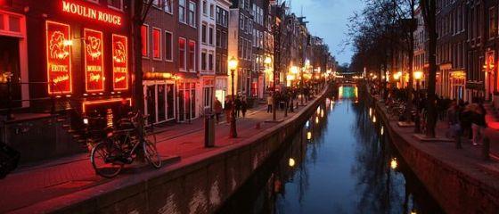 Prima femeie primar al Amsterdamului scoate industria sexului din  Cartierul Roşu , din cauza afluxului de turiști. Va construi în schimb un hotel dedicat prostituției
