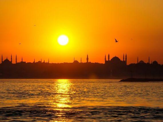 Turcia se adâncește în criză. Lira se prăbușește la un nou minim istoric față de dolar și transmite unde de șoc în Europa. Îngrijorări la BCE