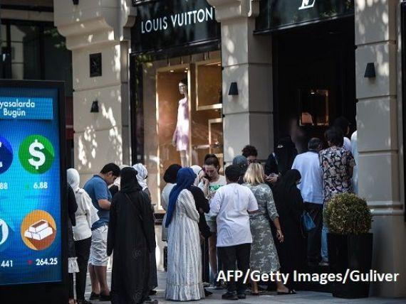 Turcia, raiul turiștilor, pe fondul prăbușirii lirei. Străinii fac cozi la magazinele de lux, pentru cumpărături ieftine