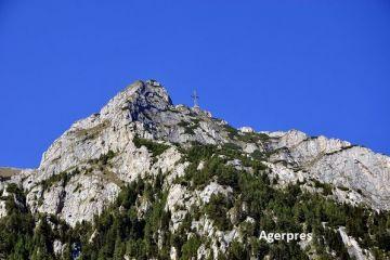 Crucea de pe Caraiman, restaurată să arate ca acum 90 ani. Monumentul aflat la o altitudine de peste 2.200 de metri a intrat în Cartea Recordurilor