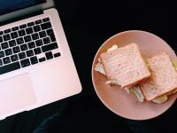 Majoritatea angajaților preferă să ia prânzul pe tastaură, iar 1 din 3 nu își ia deloc pauză de masă. Ce mănâncă românii cel mai des la serviciu