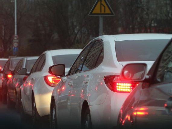 Cine va plăti viitoarea taxă auto. Ministrul Mediului precizează că nu se va aplica doar mașinilor mai vechi de 10 ani