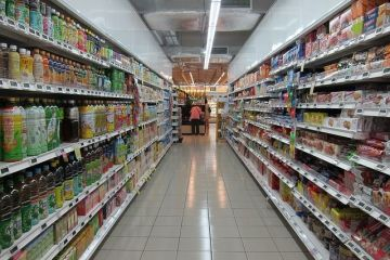Salarii mai mari, prețuri mai mari. Românii dau din ce în ce mai mulți bani pe alimente, iar coşul de cumpărături este cu 15% mai scump față de anul trecut