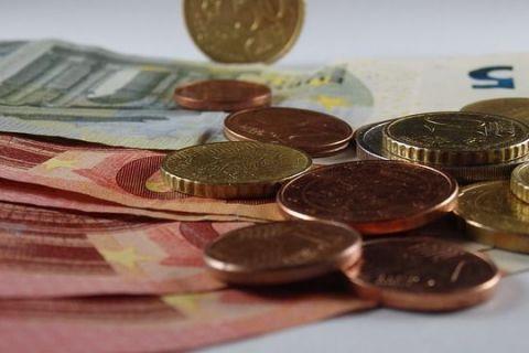 De ce se depreciază leul. Moneda națională a marcat, joi, cea mai neagră zi din istorie, cu minime record în raport cu euro, dolarul american și aur