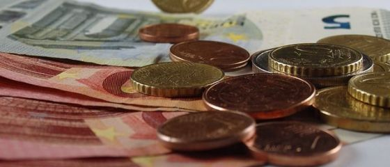 Leul se depreciază pe linie. Euro a străpuns pragul de 4,66 lei, dolarul crește masiv