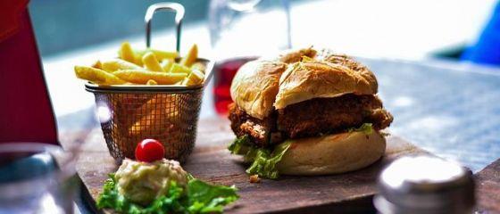 Românii mănâncă tot mai mult fast-food. Vânzările Sphera, care deține francizele KFC, Taco Bell și Pizza Hut, în creștere cu 26%
