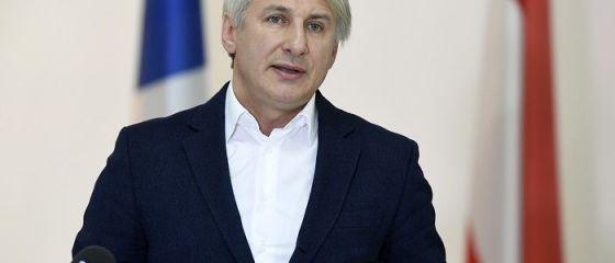 Teodorovici promite mai multe facilități pentru românii din străinătate. Garanții bancare la credite și bani trimiși în țară fără comision